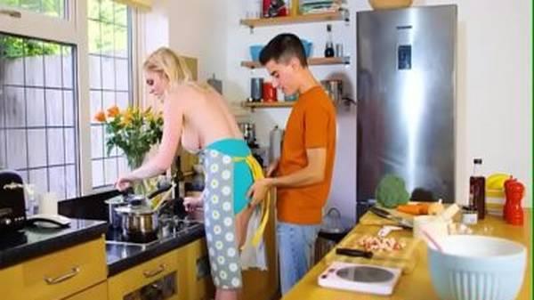 Madrasta safada sendo abusada na cozinha por enteado novinho