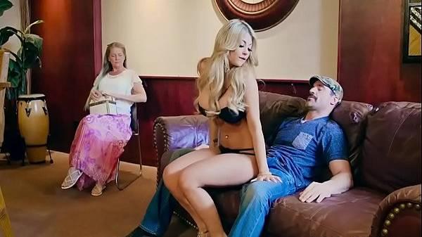 Madura rica pagando puta loira de luxo pra dá prazer pro seu namorado bigodudo