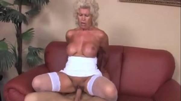 Madura tesuda puta da tetona gostosa fudendo de lingerie