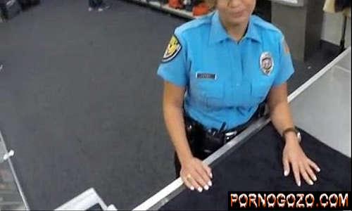 Malandro cheio de fetiche fudendo a policial gostosa fardada