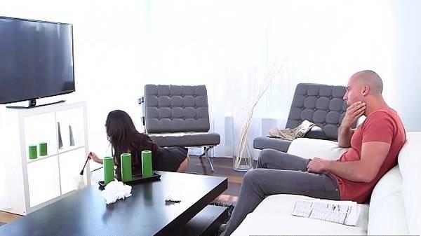 Maridão comendo a empregada morena gostosa contratada pela mulher