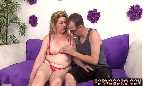 Marido e mulher madura loira gordinha fodendo juntos no sofá experimentando lingerie vermelha nova
