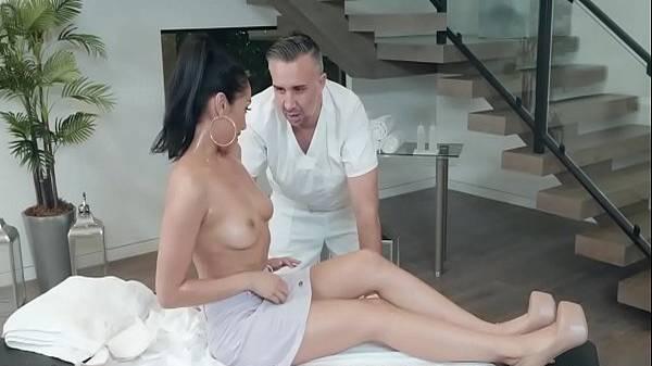 Massagista maduro passando o pau na esposa do amigo após ela tirar a roupa