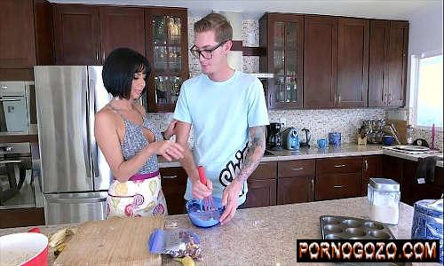 Milf Veronica Avluv ganha um jovem galo grande do magrinho na cozinha Porno Gozo