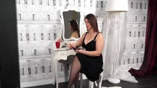 Milf gostosa de vestido se masturbando