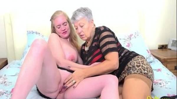 Milf loira e madura lésbica gemendo muito nuas