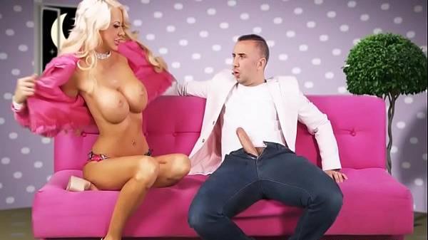 Milf loira peituda realizando fetiche de boneca barbie e fudendo no sofá rosa