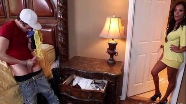 Milf morena pegou filho batendo punheta com suas calcinhas