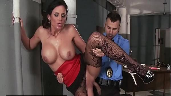 Milf peituda morena deliciosa dá pro policial novinho pirocudo pra tirar o corno bandido da prisão