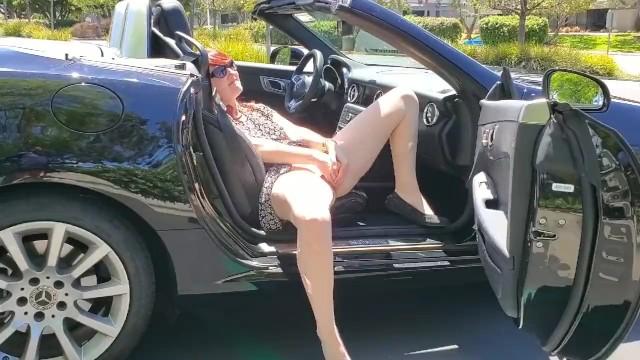 Milf rica ruiva dentro do carro sem calcinha mostrando o cú e buceta