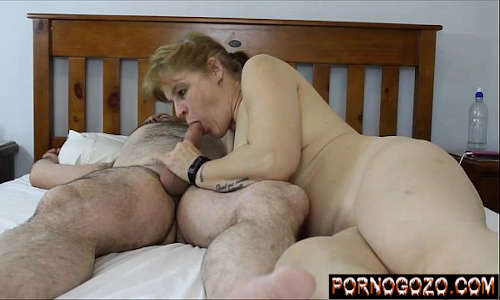 Minha esposa puta chupando pau do pedreiro na cama e sentando gostoso