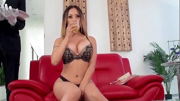 Mordomo sortudo comendo a patroa asiática gostosa suadinha no sofá vermelho