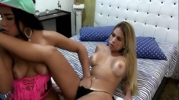 Morena brasileira chupando a amiga loira tesuda bem gostoso