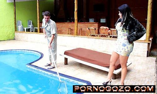 Morena brasileira com rabo enorme seduz casado safado limpador de piscina PornoGozo