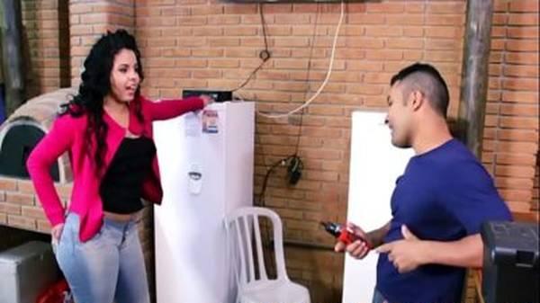 Morena delícia brasileira dona de casa fode gostoso com técnico casado