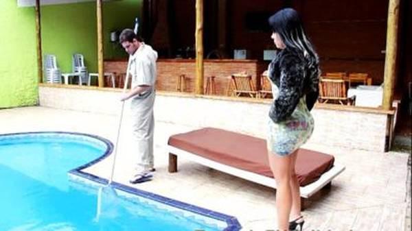 Morena gostosa brasileira de vestidinho seduzindo trabalhador casado pra putaria