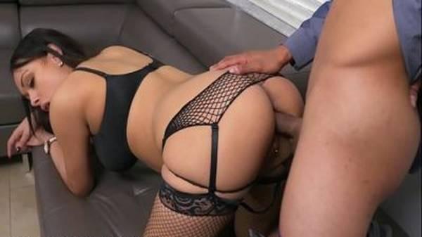 Morena gostosa de lingerie batendo gulosa pro namorado e dando de quatro