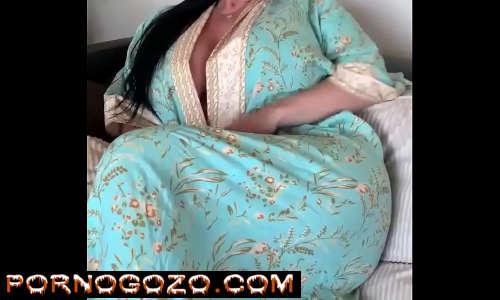 Morena madura tesudona amadora de roupão mostrando seu corpo sensual provocando na net