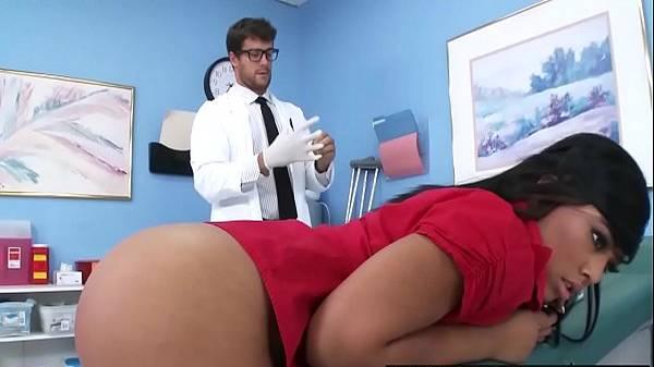 Morena perfeita fica de quatro com a bunda grande pro médico que bota injeção de pau nela