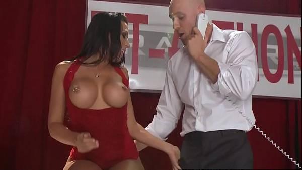 Morena puta pagando peitinho de vestido vermelho e pegando no pau do empresário