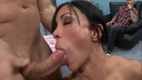 Morena tesuda fode e toma porra na boca na frente do corno