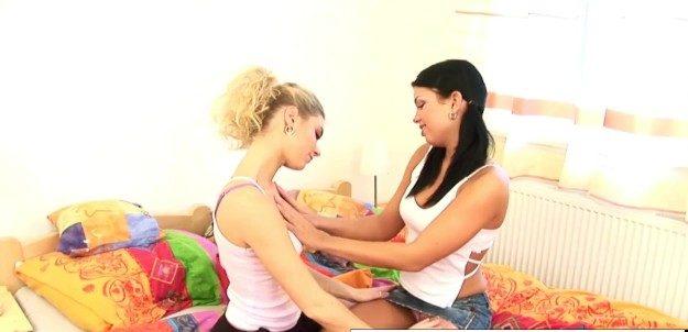 Moreninha pegando namoradinha da prima de pernas abertas de saia