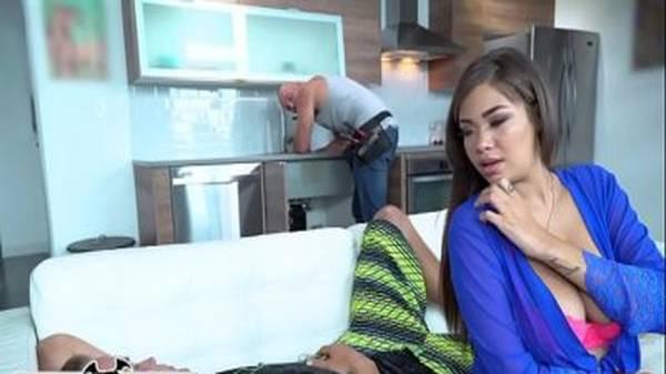 Mulata linda toda sexy traindo o namorado enquanto dormia com o encanador