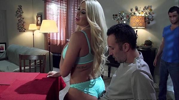 Mulher do corno roçando no pau do seu amigo de lingerie após jantar preparado por ele