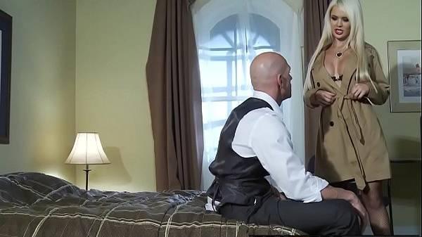 Mulher do patrão loira deliciosa tirando sobretudo e mamando mordomo de lingerie no quarto