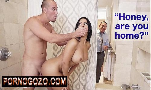 Mulher gostosa de corno traindo o marido com o enteado amante no banheiro na foda escondida