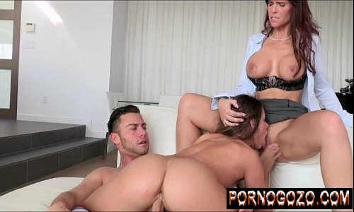 Mulher gostosa fazendo a amante safada participar do sexo com seu marido
