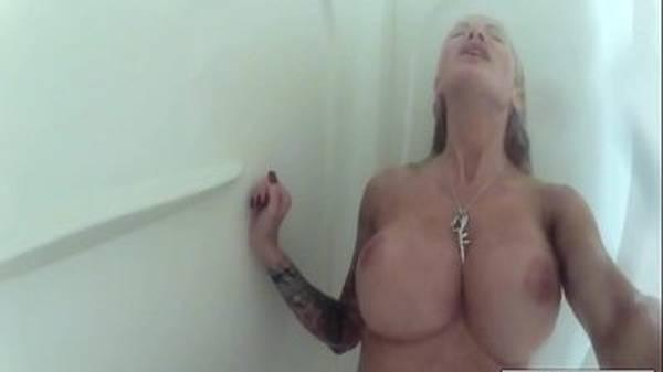 Mulher se masturbando nua no banheiro com peitos perfeitos