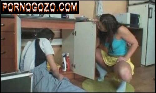 Mulher tarada por pica de estranhos Novinha seduzindo o encanador casado abrindo as pernas de saia sem calcinha
