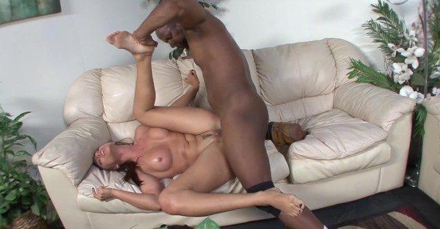 Negão enterrando rola na buceta linda da novinha gostosinha no sofá
