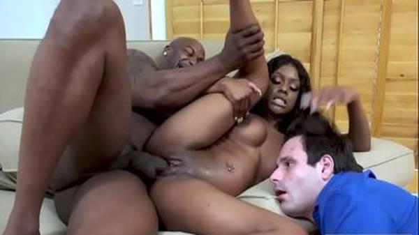 Negra gostosa dando pro irmão dotado na frente do namorado branco