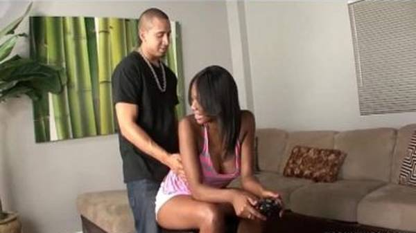 Negra gostosa jogando video game batendo punheta pro namorado