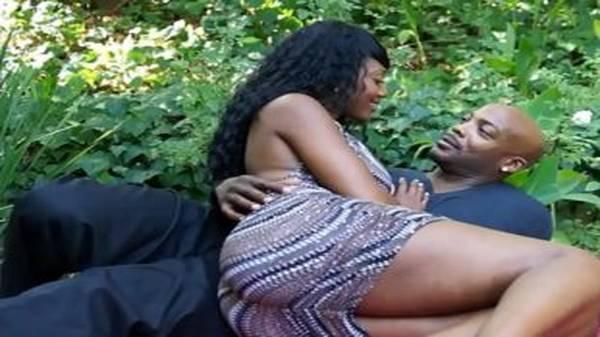 Negra gostosa rabuda chupando pau do namorado e sentando gostoso
