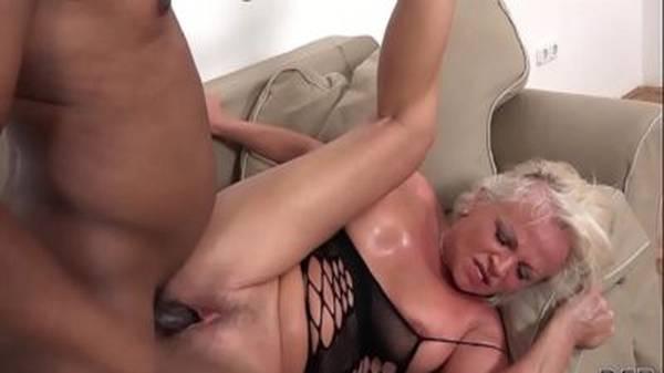 Negro comendo o cuzinho e a buceta rosa da coroa madura no sofá