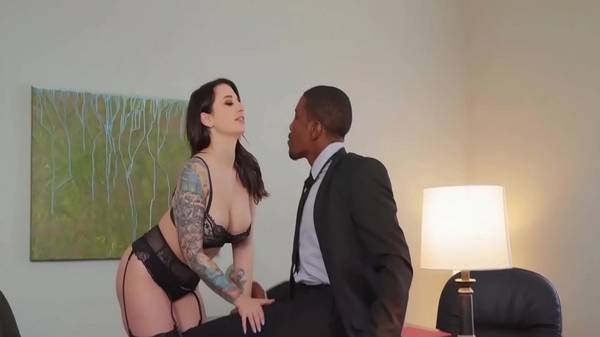 Negro em ação come sua secretária gata ao saber que ela é puta de luxo