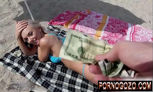 Ninfeta transando por dinheiro na praia