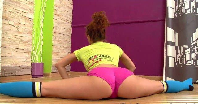 Novinha baixinha ginasta de shortinho socado se exibindo com arte