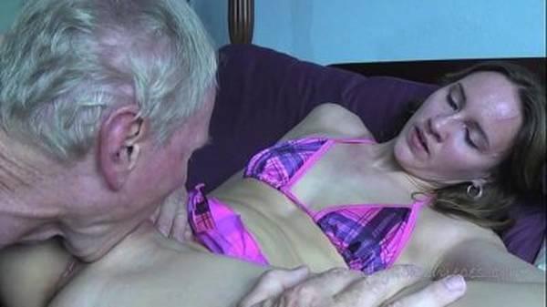 Novinha de biquíni deixando velho tarado chupar e comer por dinheiro