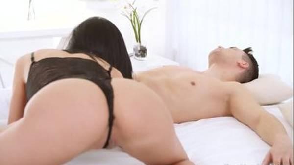 Novinha de lingerie acordando com boquete namorado pra transa gostosa