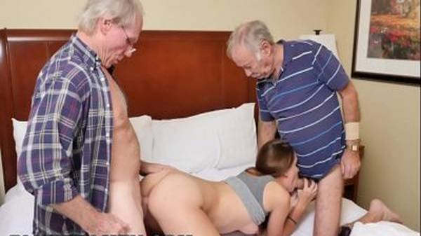 Novinha faz sexo com velhos seu avô e o amigo coroa fudendo
