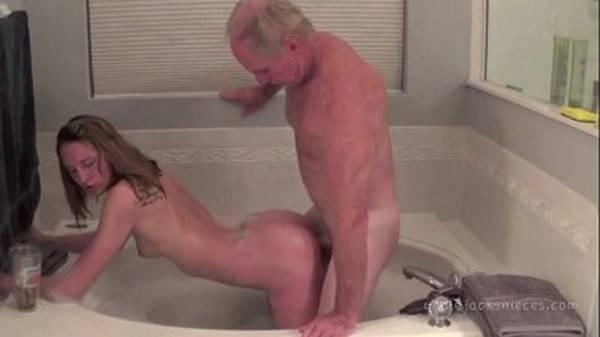 Novinha faz sexo por dinheiro na banheira com velho dotado no hotel