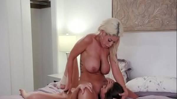 Novinha gostosa fazendo sexo na cama com namorada madura tatuada