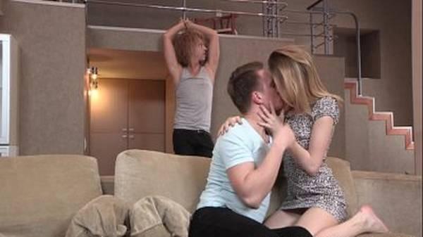 Novinha magrinha deixa namorado amarrado e faz sexo na sala com outro