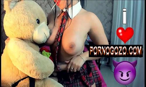 Novinha morena estudante fazendo punheta guiada gozando ao brincar com ursinho