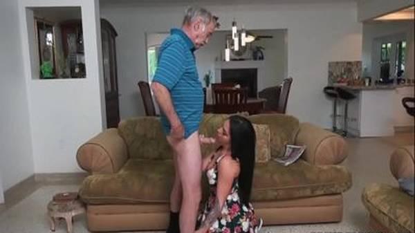 Novinha morena gostosa beijo na boca o avô e paga boquete na sala