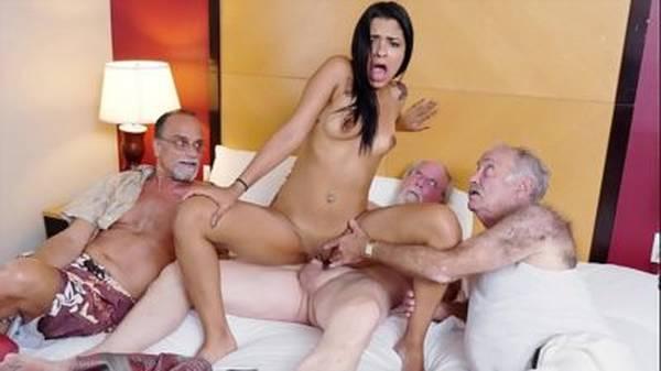Novinha moreninha vai pra cama com três velhos tarados